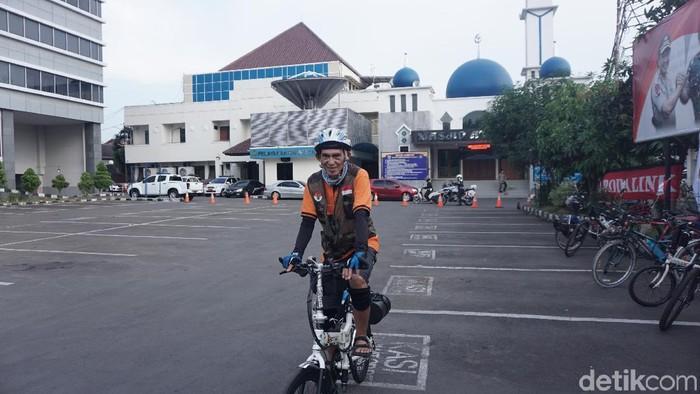Albert Waru dan sepedanya yang digunakan untuk ke Labuan Bajo. (Foto: Rosmha Widiyani/detikHealth)