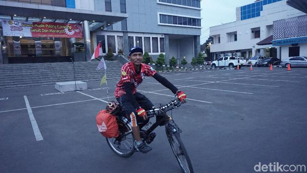 Salah seorang pemudik bersepeda.