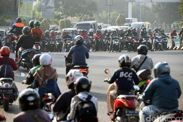 Sebagian warga Jakarta mulai mudik untuk berlebaran di kampung halaman. Tak terkecuali para pemudik motor ini yang melintasi Jalan Kalimalang untuk mudik.