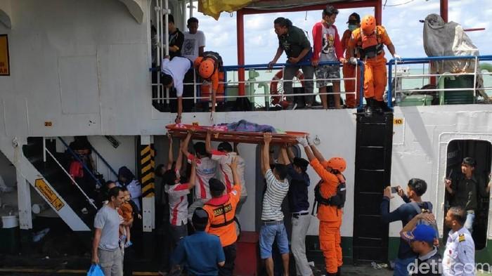 Foto: Pemudik tewas terjatuh di atas kapal menuju Bajoe Sulsel (Zulkipli Natsir/detikcom)