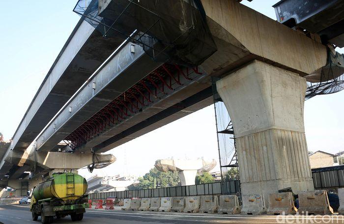 Proyek pembangunan di Tol Jakarta-Cikampek dihentikan untuk sementara waktu selama mudik lebaran 2019, Jakarta, Jumat (31/5/2019).