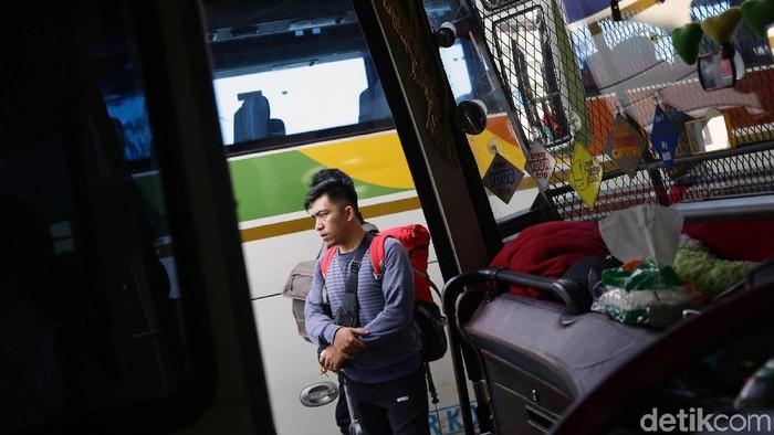 Aktivitas di Terminal Pulogebang nampak sibuk. Pasalnya ribuan orang memadati terminal itu untuk mudik jelang lebaran.