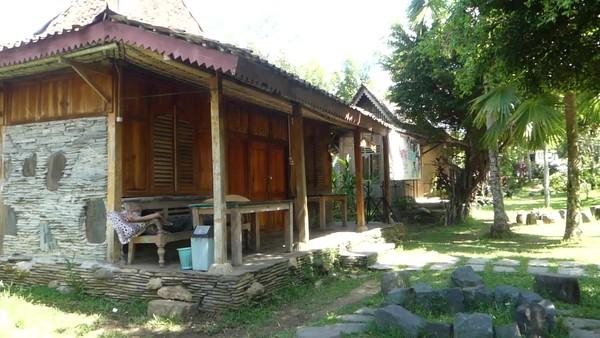 Bagi yang ingin bermalam degan suasana desa, di The Pikas Adventure Resort juga terdapat penginapan. Sedikitnya ada 16 cottage yang berada di area The Pikas Adventure Resort dengan suasan sawah yang berada di tepi sungai Serayu. (Uje Hartono/detikcom)
