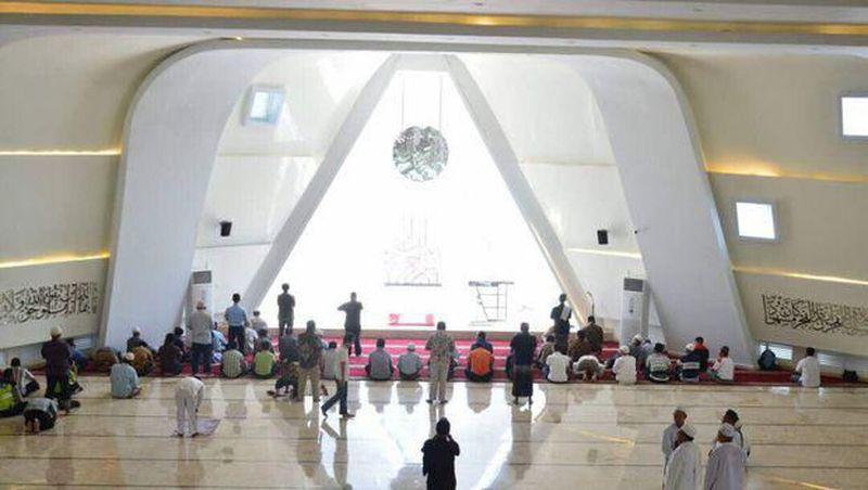 Masjid Al Safar di Rest Area Tol Km 88 dituding punya simbol Illuminati karena ada unsur segitiga dan lingkaran. Sang arsitek yang juga Gubernur Jabar Ridwan Kamil lantas menjelaskannya panjang lebar. (Dok. Istimewa)