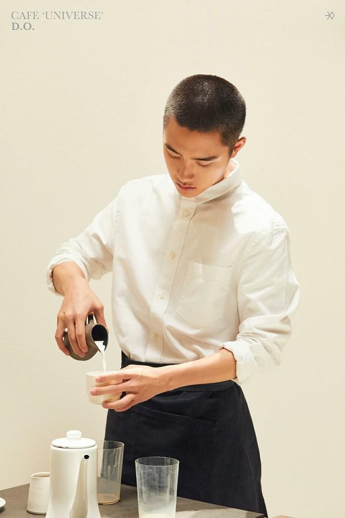 D.O terkenal sebagai salah satu member dari boyband EXO yang terkenal. Penyanyi sekaligus aktor asal Korea Selatan ini, baru saja umumkan keputusannya untuk menjalagi tugas wajib militer. Ini posenya saat tengah serius meracik kopi. Foto: Istimewa