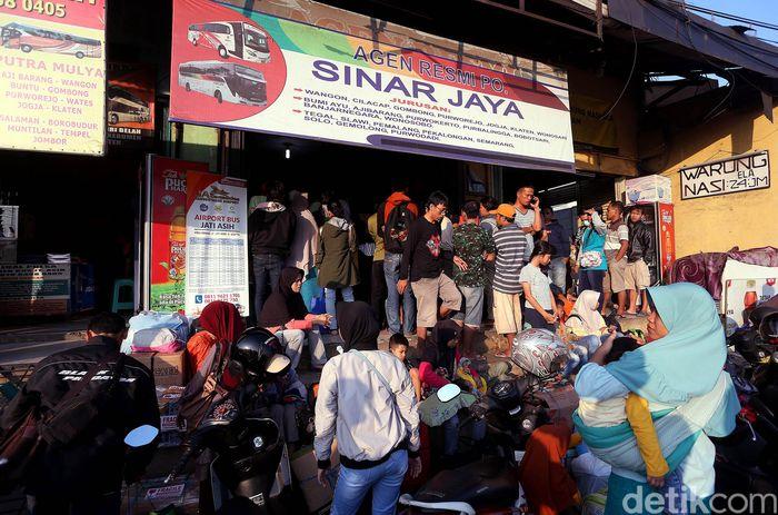 Warga mengantre untuk membeli tiket perusahaan otobus (PO) Bus di Komsen, Jati asih, Kota Bekasi, Jumat (31/05/2019).