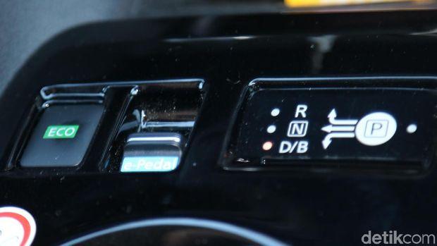 Tuas untuk memindahkan e-pedal di konsol tengah