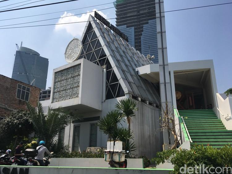 Masjid Jamie Darussalam di Tanah Abang, Jakarta Pusat. Bentuk segitiga di masjid tersebut adalah rancangan Ridwan Kamil