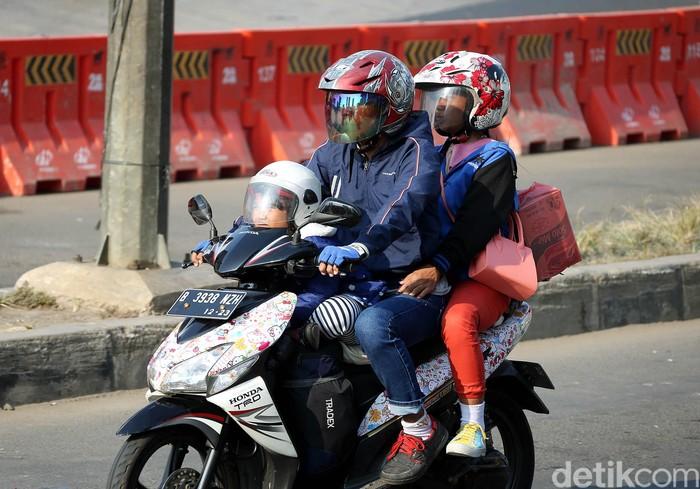 Mudik jadi momen yang ditunggu untuk berlebaran bersama keluarga di kampung halaman. Meski berbahaya, tak sedikit warga yang membawa anak untuk mudik naik motor.