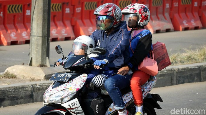 Tak sedikit warga yang membawa anak untuk mudik naik motor. (Foto: Rengga Sancaya)