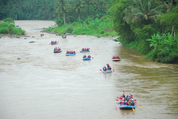 Wisatawan bisa menguji nyali dengan menyusuri sungai Serayu 7 kilometer hingga 14 kilometer. (Uje Hartono/detikcom)