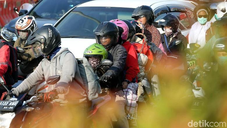 Aksi Berbahaya Pemudik Motor yang Nekat Bawa Anak