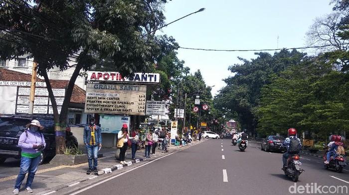 Penjaja uang baru berjejer di sepanjang jalan di Kota Bandung/Foto: Dony Indra Ramadhan