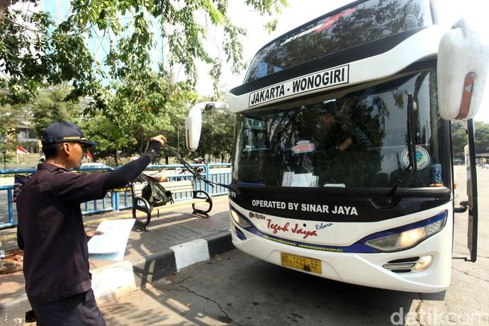 Sebelum Tancap Gas, Bus di Terminal Grogol Jalani Uji Kelayakan
