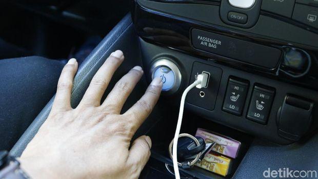 Pinjit tombol Power untuk menyalakan mobil