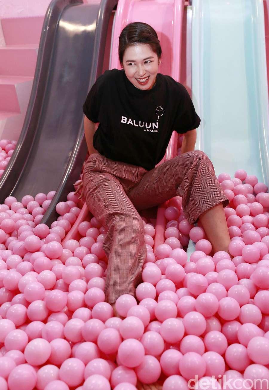 Mandi Bola, Laura Basuki Happy Banget!