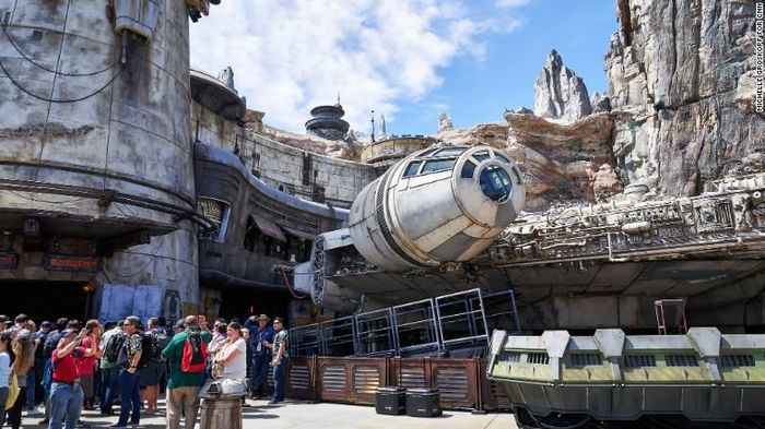 Sejak dibuka kemarin, Kamis (30/5/2019), Galaxys Edge baru memiliki satu wahana yang dibuat persis seperti pesawat Millenium Falcon di film Star Wars.