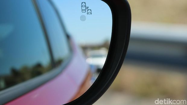 Blind spot monitoring, akan menyala kuning-merah begitu ada kendaraan di titik blind spot mobil