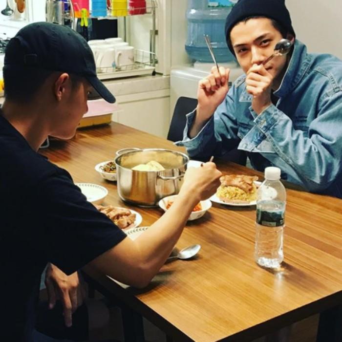 Punya hubungan yang akrab dengan sesama member EXO. DO sering makan malam bersama Sehun di rumah, dengan berbagai masakan rumah yang tak kalah meriah dan enak. Foto: Istimewa