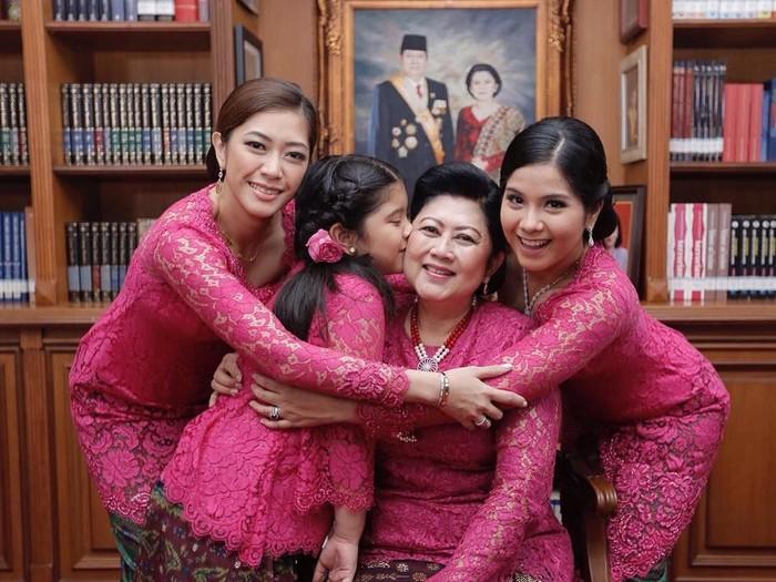 Ani Yudhoyono bersama Aliya Rajasa, Annisa Pohan dan cucunya, Aira. Foto: Instagram @aniyudhoyono