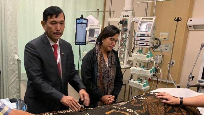 Menko Kemaritiman Luhut Binsar Pandjaitan menyempatkan hadir di persemayaman almarhumah Ani Yudhoyono di sela-sela kunjungan dinasnya ke Singapura pada Sabtu (1/6). Terpantau pada pukul 13.50 waktu setempat, Menko Luhut tiba di National University Hospital (NUH) Singapura setelah mendengar kabar wafatnya Ibu Ani Yudhoyono. Setibanya di NUH, Menko Luhut yang didampingi Menkeu Sri Mulyani Indrawati segera bergegas ke ruang ICU tempat selama ini almarhumah dirawat. Nampak raut wajah sedih pada dua Menteri Kabinet Kerja itu saat berada di depan Jenazah Bu AniFoto: Hida Khairul/Kemenko Kemaritiman