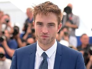 Di Rumah Aja karena Lockdown, Robert Pattinson Makan Seperti Binatang