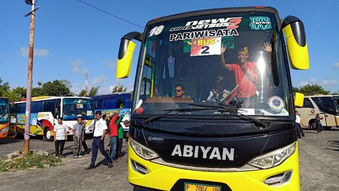 Ratusan warga Ikatan Keluarga Banyuwangi (Ikawangi) yang tinggal di Bali mengikuti mudik gratis yang diselenggarakan Pemerintah Kabupaten (Pemkab) Banyuwangi. Tak cuma mudik bersama keluarga, sepeda motor juga bisa diangkut untuk mudik.