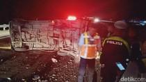 Pikap Muat Ayam Terguling di Tol Jombang-Mojokerto, Sopir Terluka