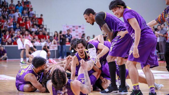 Sandy febiansyah merayakan sukses CLS Knights di ABL 2019. (dok. CLS)