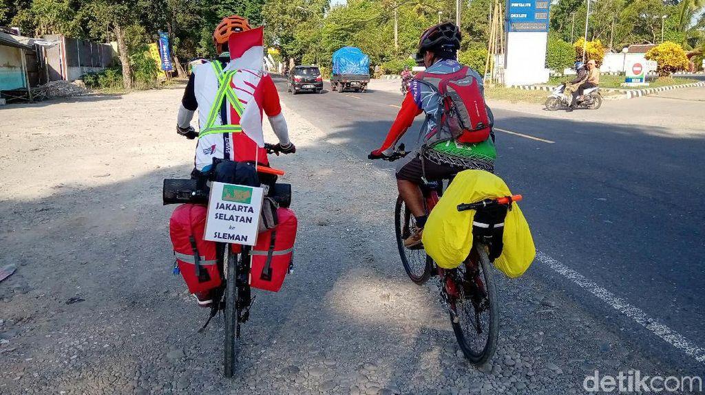 Dua Pemudik Ini Tempuh Perjalanan Jakarta-Yogya dengan Bersepeda