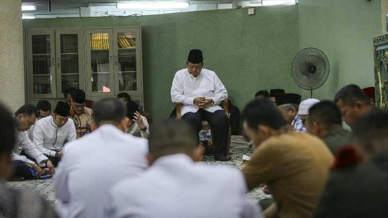 Wajah Sedih SBY saat Menunggu Pengkafanan Ani Yudhoyono