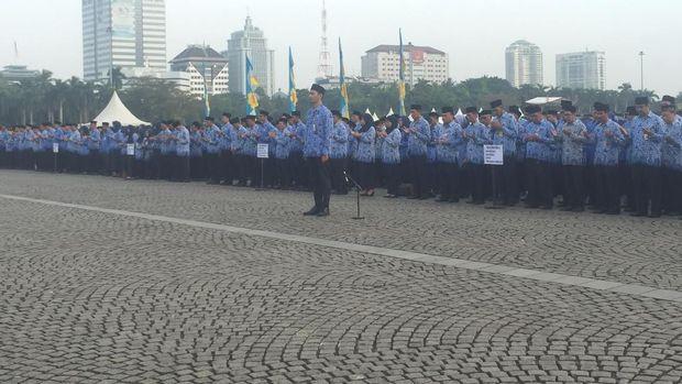 Upacara diikuti para PNS di lingkungan Pemprov DKI Jakarta.