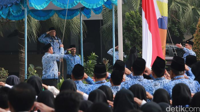 Kepala Badan Kepegawaian Negara (BKN) Bima Haria Wibisana memimpin upacara peringatan kelahiran Pancasila di Gedung BKN, Jakarta, Sabtu (1/6/2019).