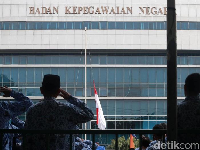 Pegawai Negeri Sipil (PNS) wajib mengikuti upacara Hari Lahir Pancasila pada 1 Juni. Seperti yang terlihat di Gedung BKN, Jakarta, Sabtu (1/6/2019).