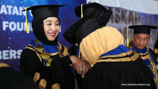 Anita Ratnasari Tanjung memberi pesan kepada wisudawan untuk tetap giat belajar usai lulus SMA
