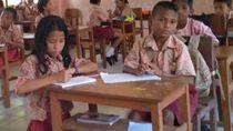 Kisah Guru Honorer yang Mengajar Hampir Semua Kelas di Desa Pulau Seram