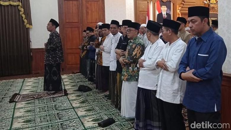 Emil Dardak Bersama Gus se-Jatim Salat Ghaib Wafatnya Ibu Ani Yudhoyono