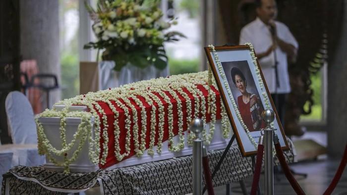 Jenazah Ani Yudhoyono saat disemayamkan di KBRI Singapura. (Foto: Antara Foto)