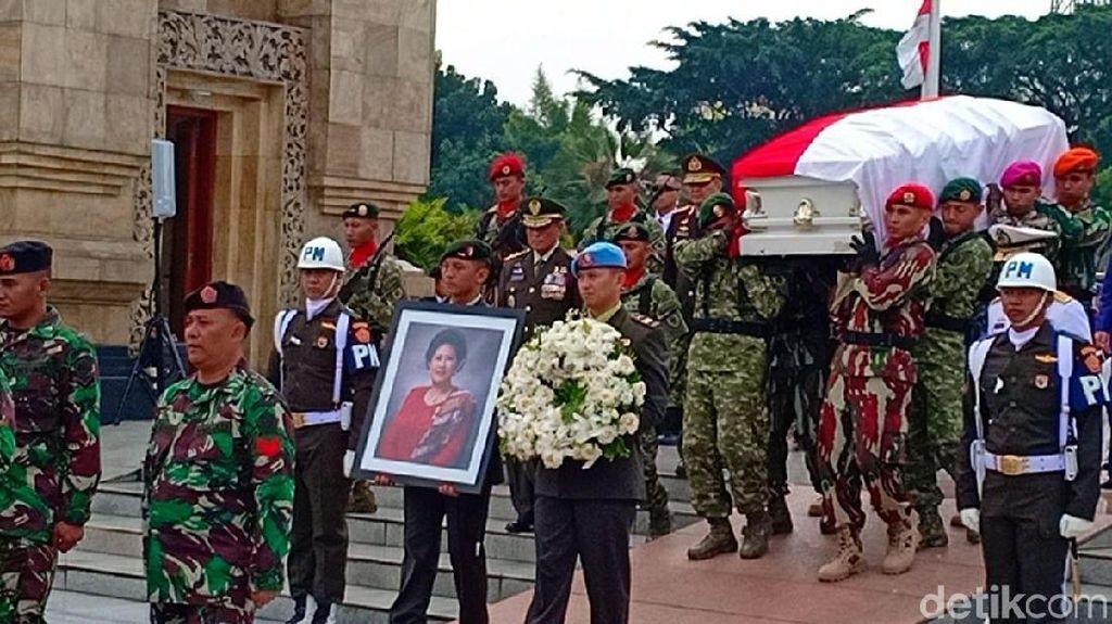 Tarzan Srimulat hingga Arumi Bachsin Hadiri Pemakaman Ani Yudhoyono