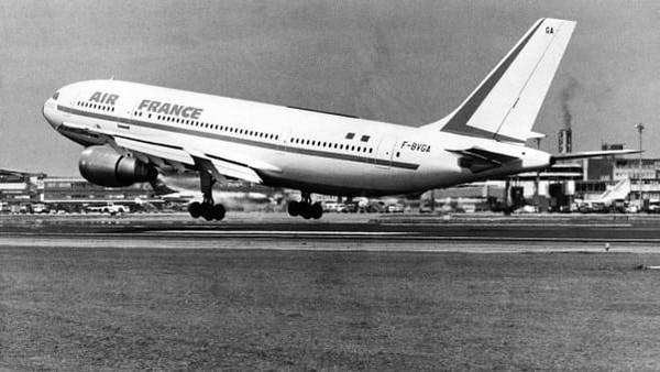 A300 memasuki layanan dengan maskapai Air France pada Mei 1974. Memang penjualannya sedikit melambat pada awalnya dan tidak jelas apakah Airbus akan bertahan (Airbus/CNN)