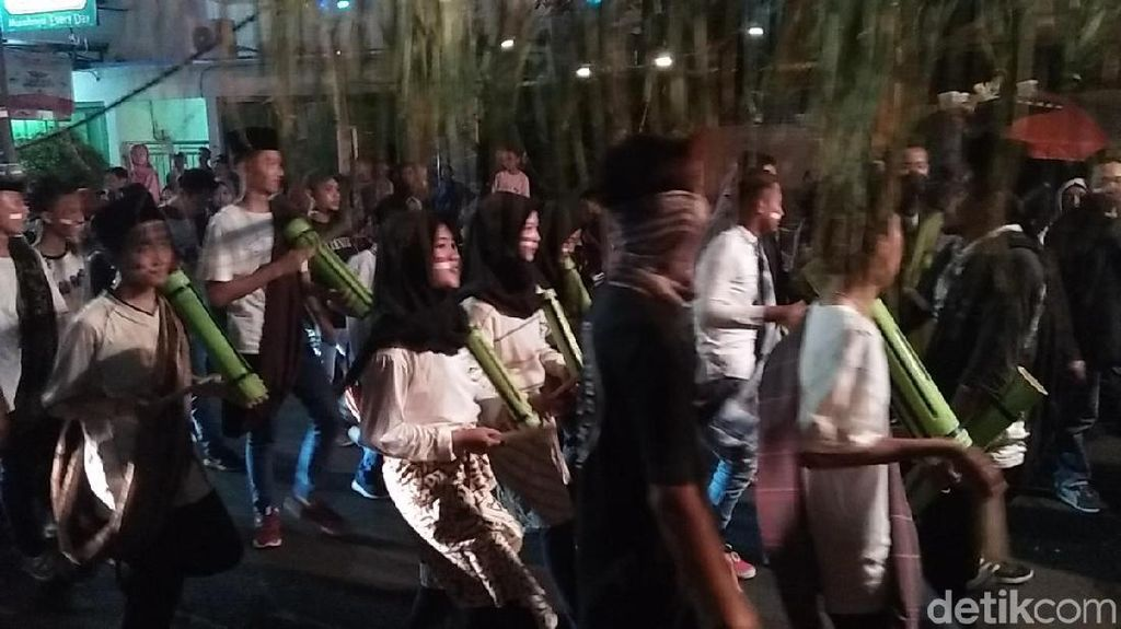 Serunya Tong-tong Klek, Tradisi Bangunkan Sahur di Rembang