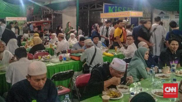Santap sahur disediakan di Masjid Raya Pondok Indah.