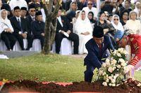 Presiden Joko Widodo meletakkan karangan bunga di makam Ibu Ani Yudhoyono