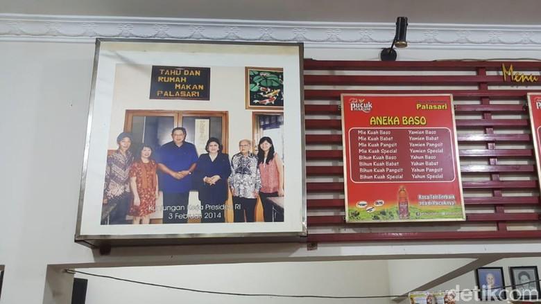 Foto kenangan Ani Yudhoyono di Tahu Palasari Sumedang (Fitraya Ramadhanny/detikcom)
