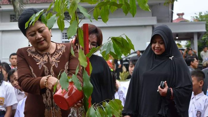 Foto: Ani Yudhoyono dan Pohon Bilalang (Dok. Istimewa)