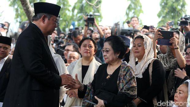 SBY dan Megawati Bersalaman di Pemakaman Ani Yudhoyono /