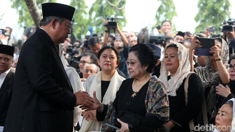 Momen SBY dan Megawati Bersalaman di Pemakaman Ani Yudhoyono