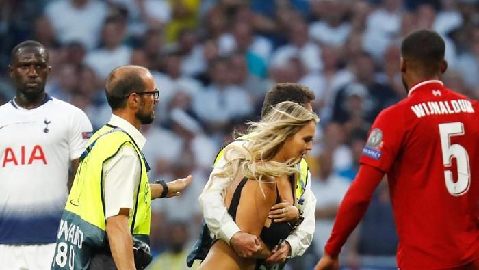 Penyusup lapangan di final Liga Champions. (Foto: Kai Pfaffenbach/Reuters)