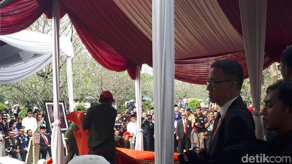 Jokowi Pertama Kali Masukkan Tanah ke Liang Lahad Ani Yudhoyono, Lalu SBY