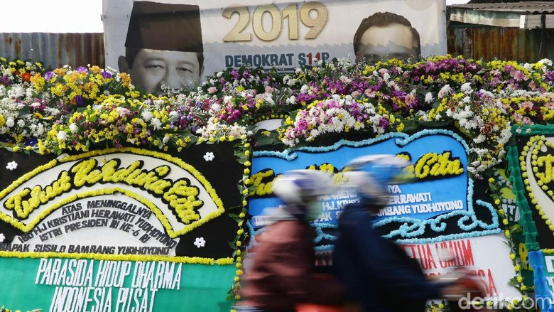 Karangan Bunga untuk Ani Yudhoyono Banjiri Cikeas